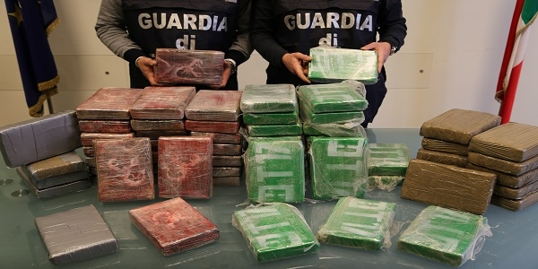 La GDF di Napoli scopre e sequestra 73 kg di cocaina.