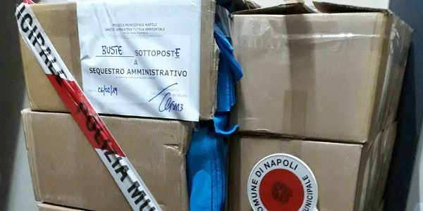 Napoli: la Municipale sequestra 30.000 shopper privi di certificazione